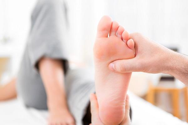 Alluce valgo: sintomi, diagnosi e trattamento