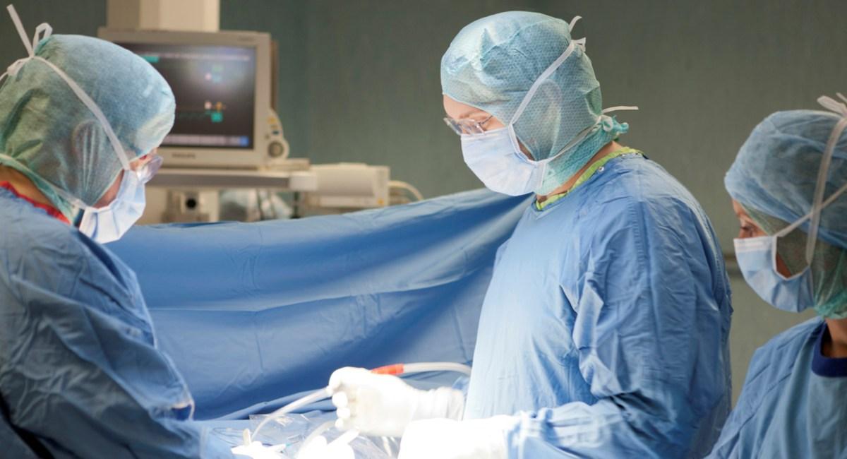 Complesso intervento mininvasivo con circolazione extracorporea salva la vita di un 80enne