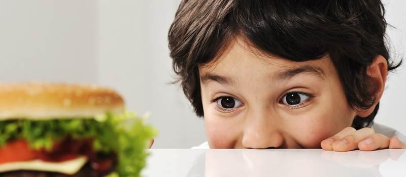 Combatti l'obesità del tuo bambino per proteggere il suo cuore