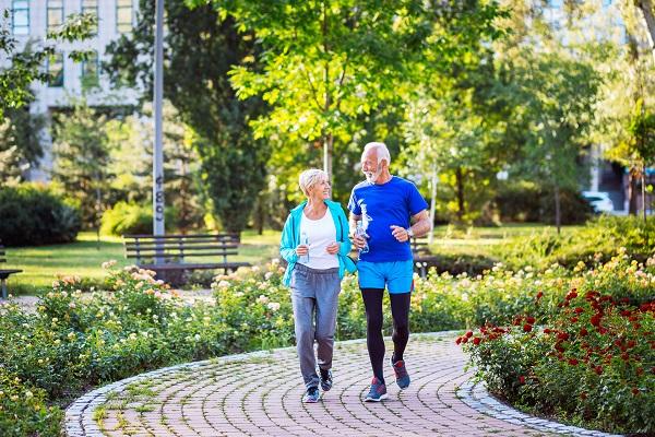 I benefici della camminata negli anziani
