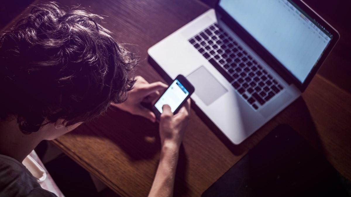 Visione prolungata di smartphone, tablet e pc: quali i disturbi visivi negli adulti