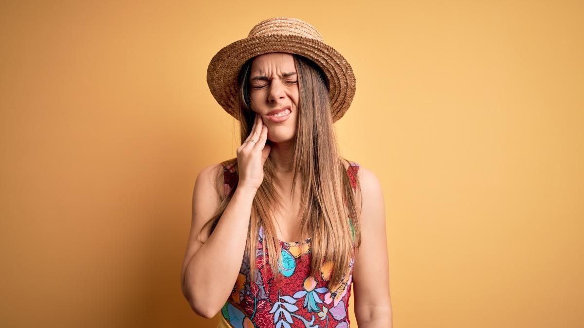 Mal di denti in vacanza: ecco che fare in caso di ascesso e pulpite